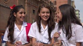 De meisjes die van de tiener pret hebben stock video