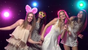 De Meisjes Die Van De Vrijgezellinpartij En Gelijkaardige Gebaren Maken  Dansen Langzame Motie Stock Video