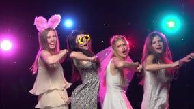 De Meisjes Die Van De Vrijgezellinpartij En Gelijkaardige Gebaren Maken  Dansen Langzame Motie Stock Videobeelden