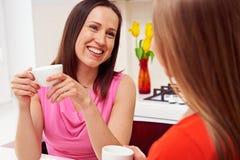 Meisjes die koffie en het spreken drinken Stock Afbeelding