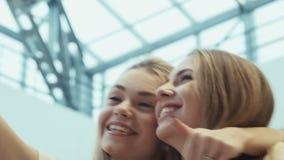 De meisjes doen selfie in vermaakwinkelcentrum stock footage