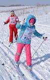 De meisjes en de vrouwen zijn op de sneeuw op skis Stock Fotografie