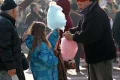 """De meisjes eten gesponnen suiker op een stadsmarkt in Pernik, van Bulgarije †""""27,2018 Januari Tandpijn en ongezond voedsel Diee Royalty-vrije Stock Foto"""