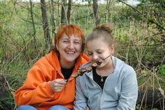 De meisjes eten Kebab stock afbeelding