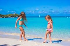 De meisjes genieten van hun de zomervakantie op Royalty-vrije Stock Fotografie