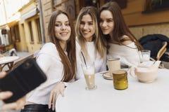 De meisjes hebben pret in koffie stock foto