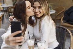 De meisjes hebben pret in koffie stock foto's
