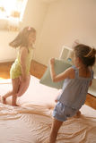 De meisjes hebben pret op het bed Royalty-vrije Stock Fotografie