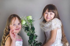 De meisjes houden bloemen Royalty-vrije Stock Fotografie