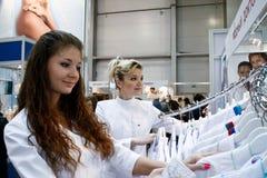 De meisjes kiest toga Stock Foto's