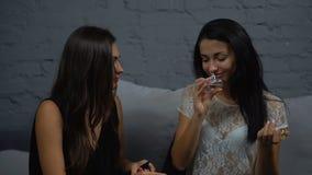 De meisjes kiezen parfum stock video