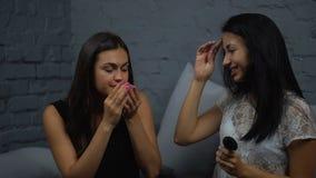 De meisjes kiezen parfum stock footage