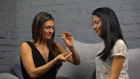 De meisjes kiezen parfum stock videobeelden