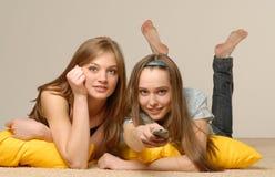 De meisjes kijken bioskoop Royalty-vrije Stock Foto's