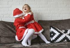 De meisjes, kleedden zich voor Santa Claus royalty-vrije stock afbeelding