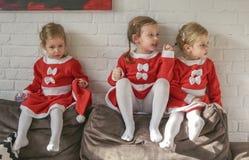 De meisjes, kleedden zich voor Santa Claus stock afbeeldingen