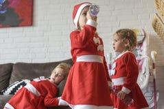 De meisjes, kleedden zich voor Santa Claus royalty-vrije stock afbeeldingen