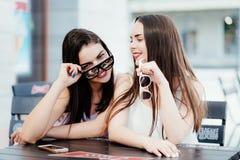De meisjes in koffie brengen een prachtige tijd door Stock Afbeelding
