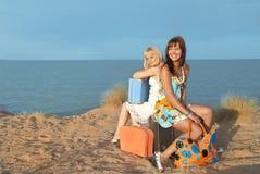 De meisjes kwamen bij het strand aan Stock Foto