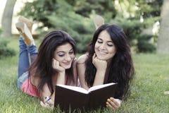 De meisjes leest boek Stock Fotografie