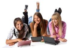 De meisjes leggen met laptops Stock Foto's