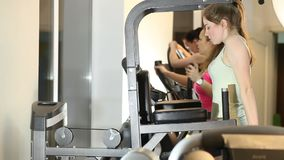 De meisjes leiden in de gymnastiek op stock video