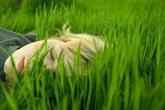 De meisjes leiden in het gras Royalty-vrije Stock Foto's