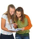 De meisjes lezen het boek stock afbeeldingen
