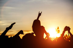 De meisjes met handen die, omhoog zingend en de muziek tijdens overleg luisteren tonen op het festival van de de zomermuziek dans royalty-vrije stock foto's