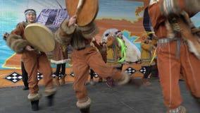 De meisjes in nationale kleding inheems Kamchatka die en slaat tamboerijn dansen stock footage