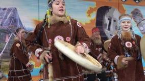 De meisjes in nationale kleding inheems Kamchatka die en slaat tamboerijn dansen stock video