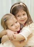 De meisjes omhelzen Royalty-vrije Stock Afbeeldingen