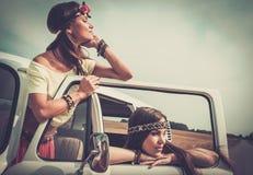 De meisjes op een weg halen over Stock Afbeelding