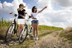 De meisjes op fiets reizen, het genieten van Royalty-vrije Stock Afbeeldingen