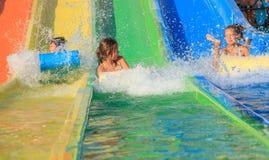 De meisjes op het water glijden Royalty-vrije Stock Afbeelding