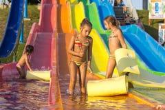De meisjes op het water glijden Stock Fotografie