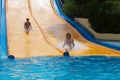 De meisjes op water glijden bij Waterpark Royalty-vrije Stock Foto's
