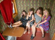 De meisjes in oud vervoer leiden op Stock Foto
