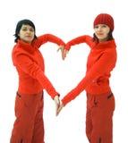 De meisjes in rood tonen hart stock afbeelding