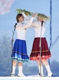 De meisjes ruilen kronen voor de Drievuldigheid royalty-vrije stock afbeeldingen