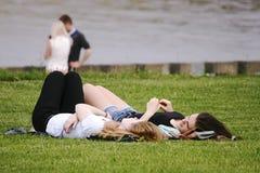 De meisjes rusten openlucht in park in Minsk (Wit-Rusland) Stock Afbeeldingen