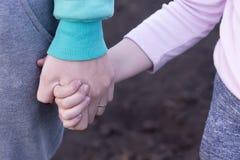 De meisjes` s hand houdt baby` s hand Royalty-vrije Stock Afbeelding