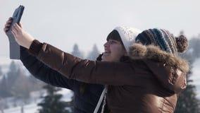 De meisjes selfie op de berg gebruikend tablet stock footage