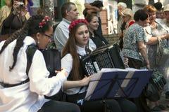 De meisjes spelen de harmonika Stock Afbeeldingen