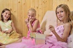 De meisjes spelen huis Stock Foto's