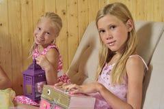De meisjes spelen huis Stock Afbeeldingen