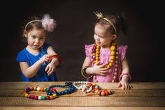 De meisjes spelen met juwelen Stock Foto's