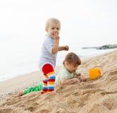 De meisjes spelen op het strand Stock Afbeelding