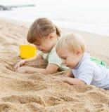 De meisjes spelen op het strand Stock Foto's