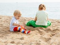 De meisjes spelen op het strand Stock Foto
